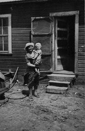 Typical Teutonic farm wife and child of Mills, New Mexico, area. Client for resettlement
